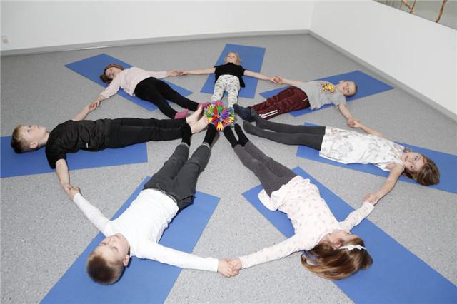 儿童瑜伽,让孩子尽情的发挥想象,感受自己