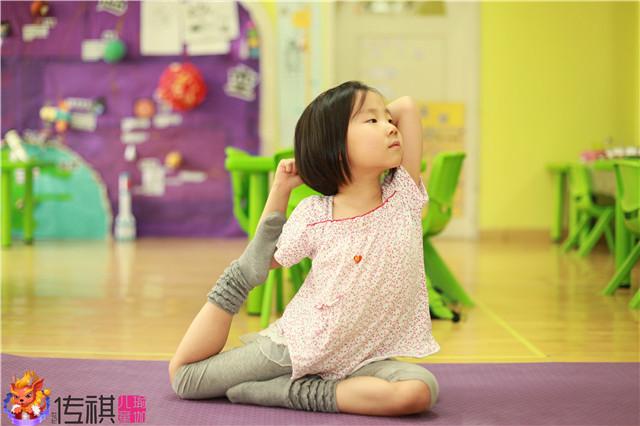 如何引导孩子在家做瑜伽